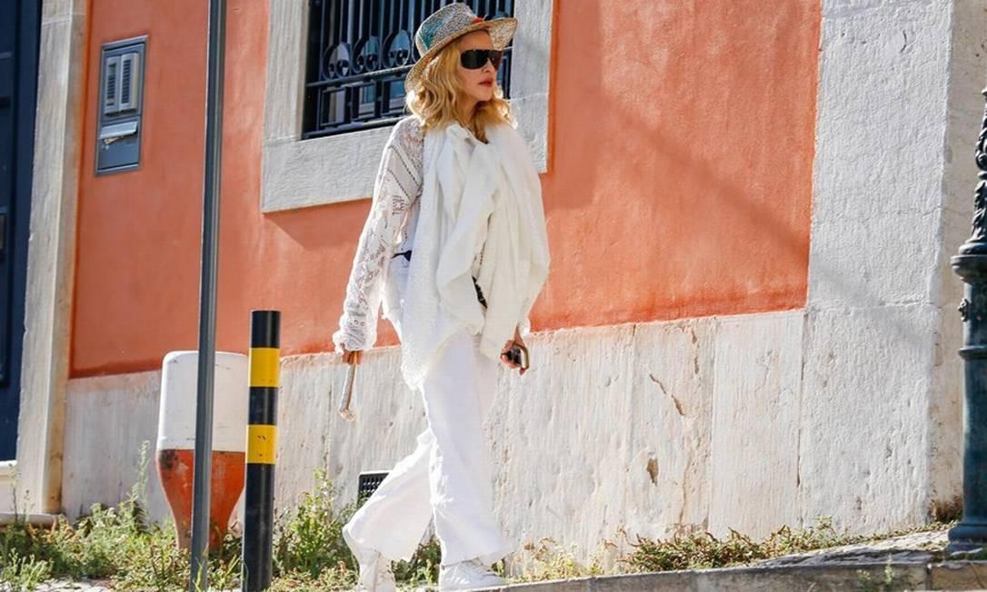 Sem 'causar': Madonna caminha numa das ruas de Lisboa, em Portugal Foto: The Grosby Group