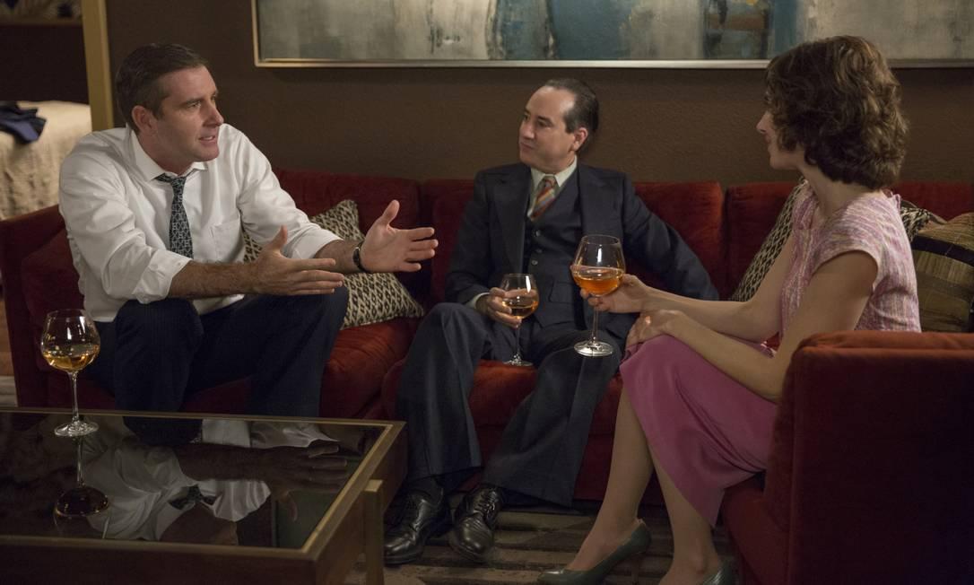 Em 'Glow', da Netflix, executivo de televisão marca um encontro particular com Ruth Wilder (Alison Brie), no qual inicia investidas sexuais Foto: Beth Dubber/Netflix / Divulgação