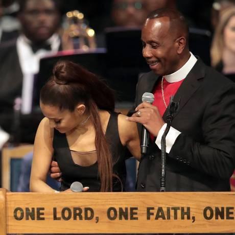 Charles H. Ellis III abraça a cantora Ariana Grande. O pastor foi acusado de assédio Foto: SCOTT OLSON / AFP