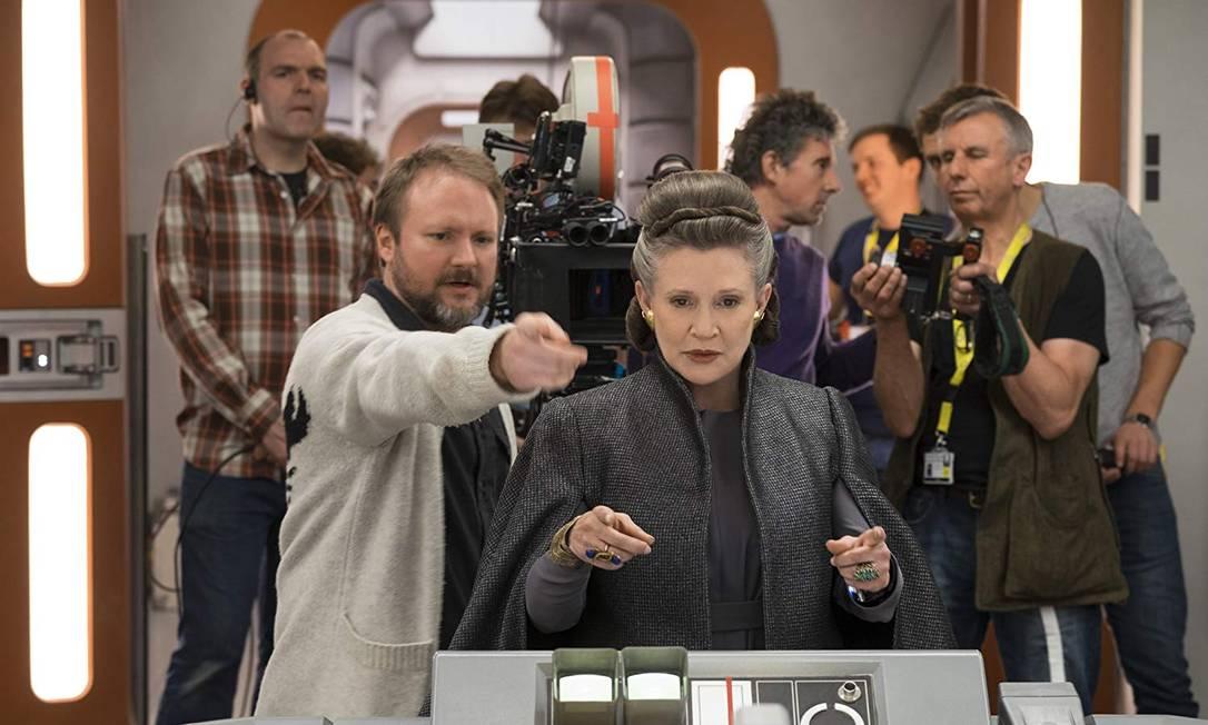 O diretor Rian Johnson com a atriz Carrie Fisher no set de 'Os últimos Jedi' Foto: Divulgação