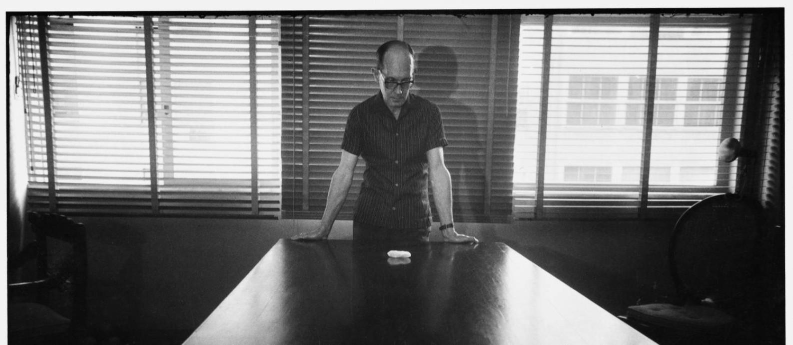 Carlos Drummond de Andrade no Rio, em 1964. 'Uma arte vinculada com a mais fugitiva e perene das realidades poéticas, eis o dom de Alécio de Andrade' — assim o poeta definiu o trabalho do fotógrafo Foto: Alécio de Andrade