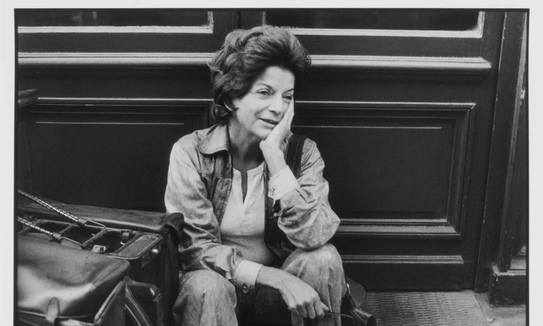 Lygia Clark em Paris, 1979. Alécio fez diversos registros da artista plástica na capital francesa Foto: Alécio de Andrade