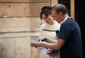 Wash Westmoreland e Keira Knightley no set de 'Colette' Foto: Divulgação