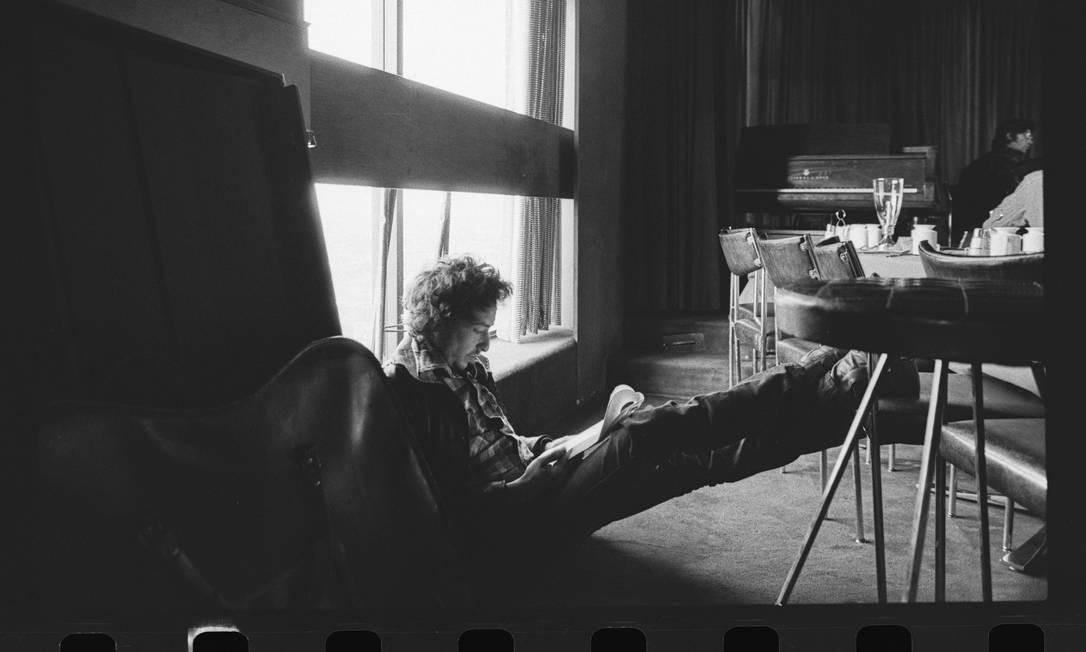 Bob Dylan faz anotações durante as gravações de 'Blood on the tracks', em 1974 Foto: BDA Feinstein / Divulgação
