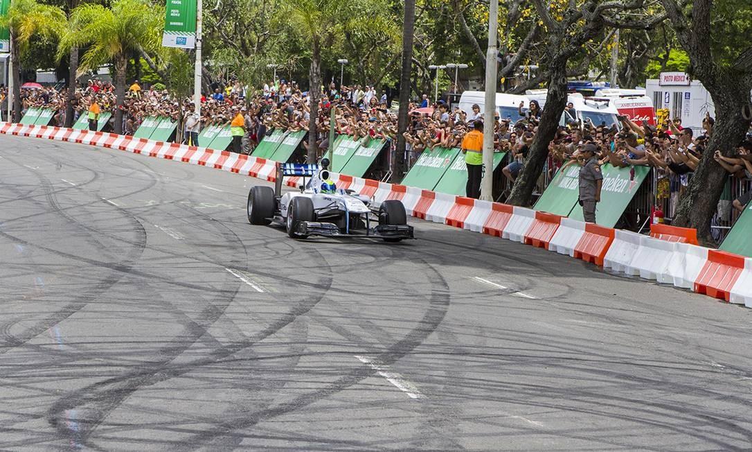 O evento foi aberto ao público e contou com a participação de Felipe Massa no volante Foto: Carlos Miller