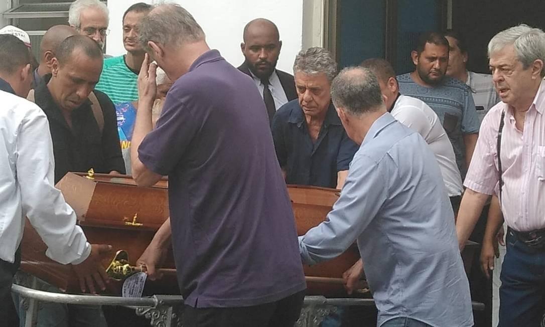 Chico Buarque (de azul marinho) e amigos carregam o caixão da cantora Miúcha, irmã do compositor, morta no dia 27 de dezembro de 2018 Foto: Ana Carolina Santos / Infoglobo