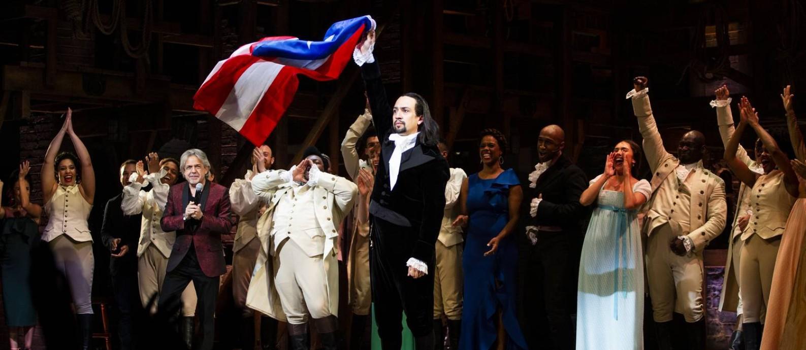 "Lin-Manuel Miranda levanta a bandeira de Porto Rico ao fim da estreia de ""Hamilton"" em San Juan Foto: Erika P. Rodriguez / NYT"