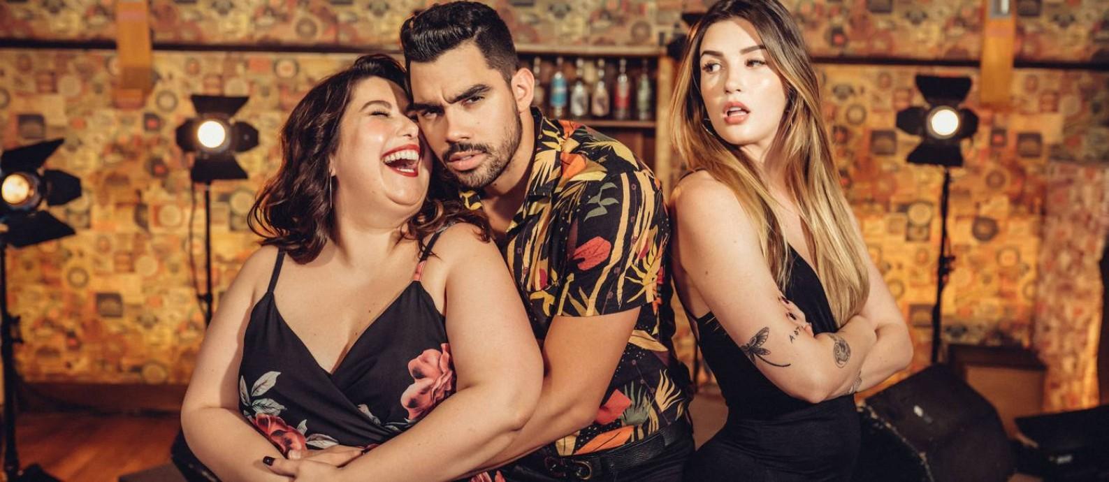 O cantor Gabriel Diniz entre Mariana Xavier e Aline Goldschlag, no clipe de 'Jenifer' Foto: Divulgação