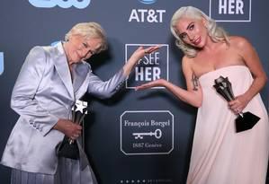 Glenn Close e Lady Gaga posam nos bastidores dos Critic's Choice Awards, na Califórnia Foto: DANNY MOLOSHOK / REUTERS