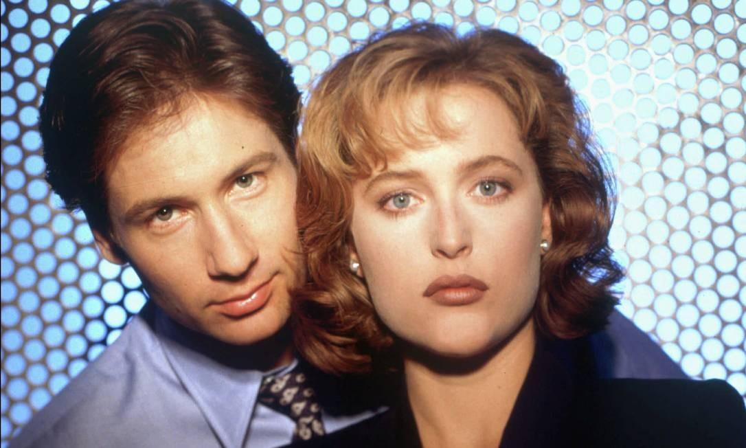 """""""Arquivo X"""" (original: 1993-2002). Além do vai-não-vai entre os agentes do FBI Mulder e Scully, a série explorava muitas teorias da conspiração. Lançada em 1993, chegou ao auge enquanto surgia a internet, inspirando milhares de sites Geocities que discutiam o sentido da frase """"a verdade está lá fora"""". Foto: Michael Grecco / Divulgação"""