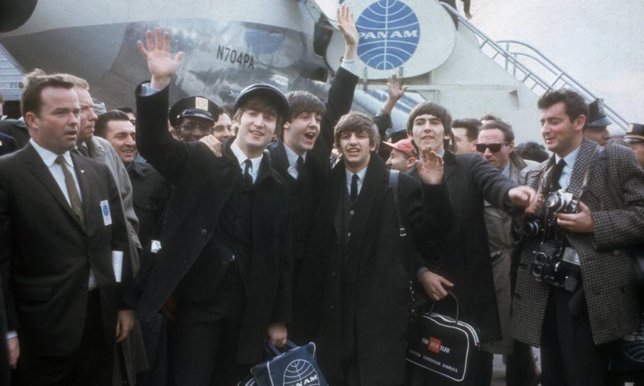 No dia 7 de fevereiro de 1964, os Beatles chegam ao Aeroporto Kennedy, em Nova York, para sua primeira aparição nos EUA. Foto: AP Photo / AP Photo