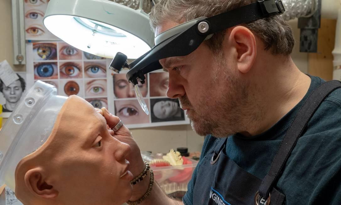 """Os fabricantes de Ai-da estão usando uma tecnologia chamada """"Mesmer"""", capaz de produzir um rosto e gestos realistas. Após finalizada, ela terá longos cabelos escuros, pele de silicone, dentes e gengivas impressos em 3D e sobrancelhas com pelos reais, colocados um a um em seu rosto. Foto: MATTHEW STOCK / REUTERS"""