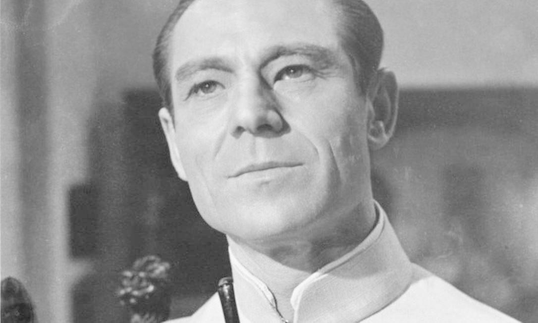 """Dr. Julius No - Interpretado por Joseph Wiseman em 1962 no filme """"O Satânico Dr. No"""". Foi o primeiro inimigo de James Bond. Seu objetivo é usar um feixe de rádio nuclear para derrubar os mísseis lançados de Cabo Canaveral. No entanto, Bond consegue desabilitar os feixes de rádio sobrecarregando o reator nuclear. Em seu final, Dr. Julius acaba fervendo até a morte no tanque de refrigeração depois de uma luta com Bond. Foto: Divulgação"""