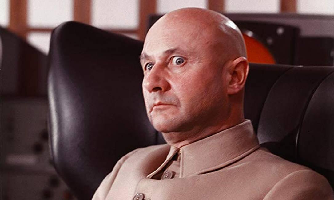"""Ernst Stavro Blofeld - O vilão em """"Com 007 Só Se Vive Duas Vezes """" (1967) provoca uma guerra entre Estados Unidos e a Rússia capturando suas cápsulas espaciais. Em 1969 no filme """"On Her Majesty's Secret Service"""", ele tenta espalhar um vírus perigoso usando mulheres bonitas, mas Bond destrói o laboratório onde o vírus está sendo produzido antes que ele seja espalhado. Ernst ainda mata a nova esposa de Bond durante a lua de mel do casal. Em """"Diamonds Are Forever"""" (1971), ele usa uma plataforma de armas especiais anexada a um satélite a laser e ampliada por diamantes para atacar os estoques nucleares de países. Foto: Divulgação"""