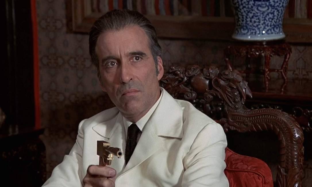 """Francisco Scaramanga - Vilão de 1974, tem como sua assinatura uma arma dourada, que dá nome ao filme (""""007 Contra o Homem com a Pistola de Ouro""""). Francisco consegue vender o Solex Agitator, um dispositivo que pode usar a energia solar para fins destrutivos. Ele acaba sendo morto por Bond. Foto: Divulgação"""