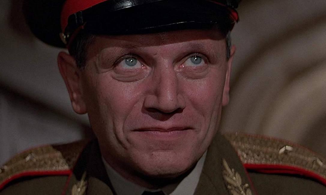 """General Orlov - Inimigo de 1983 de """"007 Contra Octopussy"""". Seu objetivo é contrabandear uma carga de armas nucleares para uma Base Aérea dos EUA na Alemanha Ocidental para detoná-la. Bond acaba conseguindo desativar as bombas e ele é morto a tiros por guardas. Foto: Divulgação"""