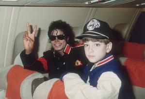 Michael Jackson e o menino James Safechuck em foto apresentada no documentário