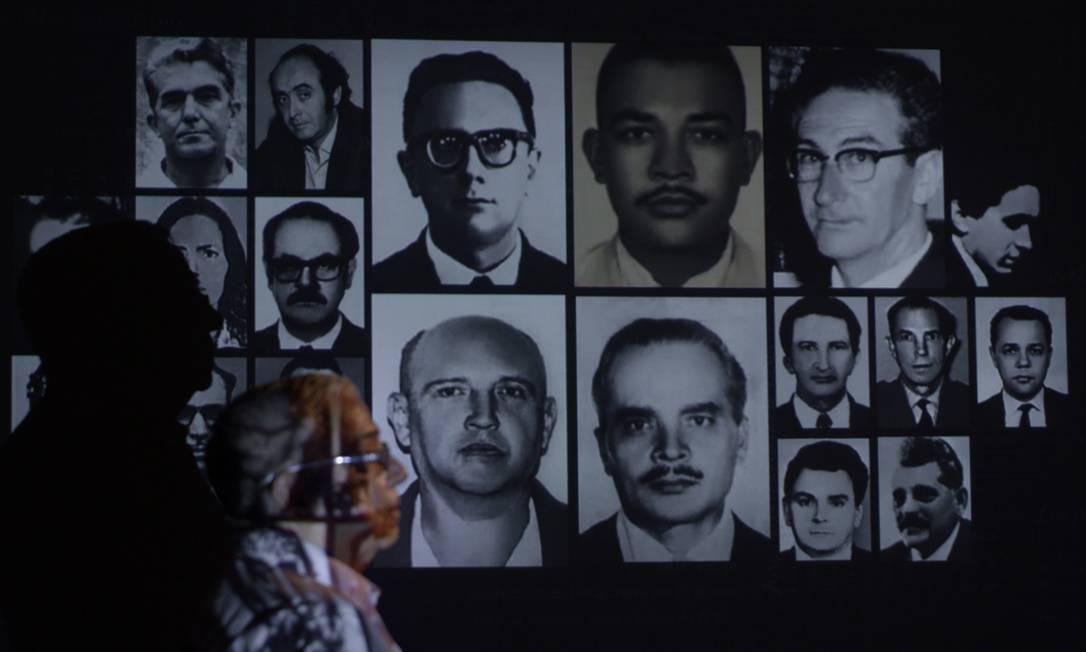 No documentário 'Pastor Cláudio', de Beth Formaggini, Cláudio Guerra aponta as vítimas que matou Foto: Divulgação