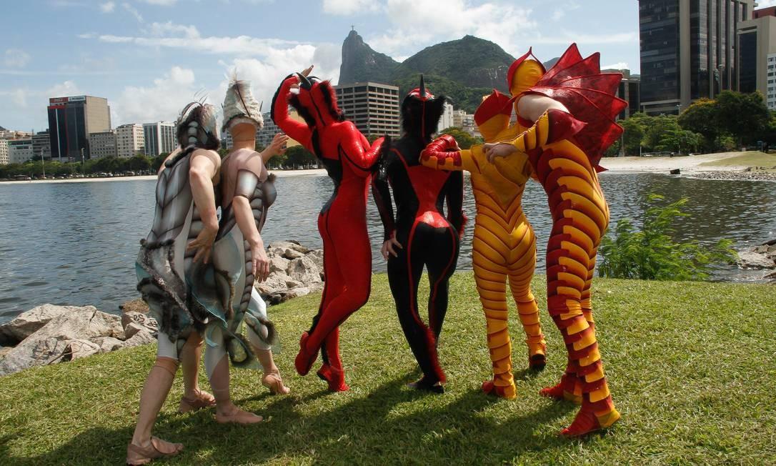 Integrantes do espetáculo 'Ovo', do Cirque du Soleil, na Praia de Botafogo Foto: Marcos Ferreira/IMM