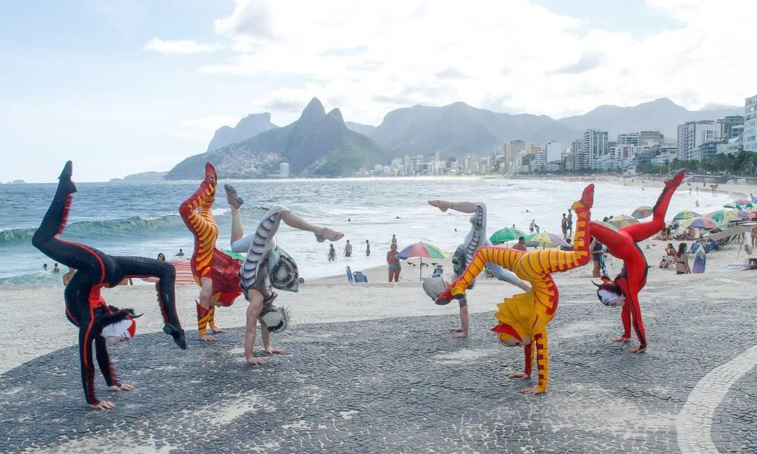 Integrantes do espetáculo 'Ovo', do Cirque du Soleil, fazem acrobacia no Arpoador Foto: Marcos Ferreira/IMM