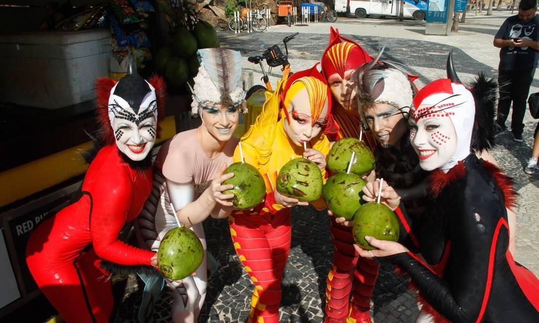 Integrantes do Cirque du Soleil posam com água de coco no Arpoador Foto: Marcos Ferreira/IMM