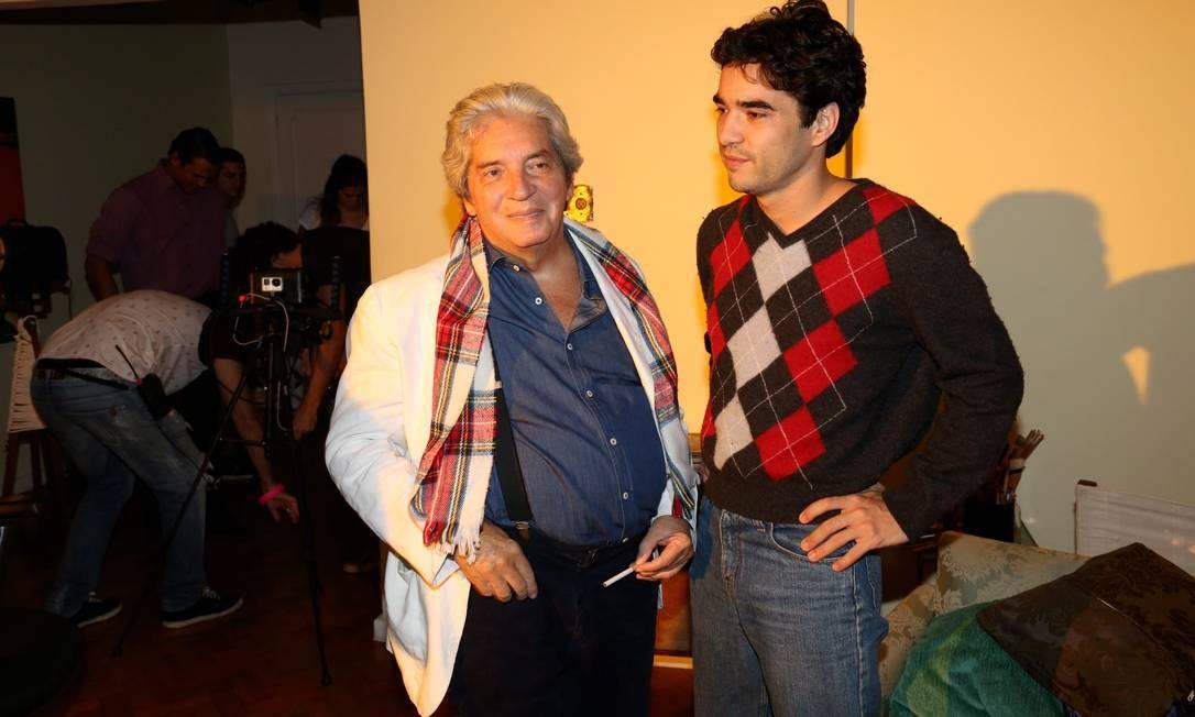 Domingos Oliveira no set de 'Barata Ribeiro 716', seu último filme, com o ator Caio Blat Foto: Marcos Ramos / Agência O Globo