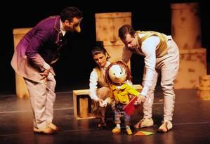 """Cena da peça """"O homem que amava caixas"""", da Cia. Artesanal Foto: Jackeline Nigre / Divulgação"""