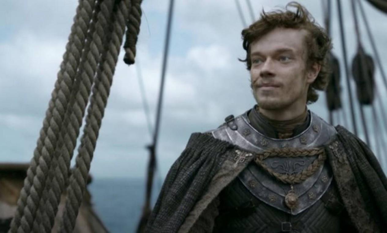 Theon Greyjoy começa a enfrentar a crise existencial que o levará à desgraça nos anos seguintes, forçado a escolher entre os laços de sangue e de criação. Volta à terra natal atrás de apoio do pai, Balon, ao Rei do Norte, Robb Stark. Forçado a mostrar lealdade ao próprio clã, decide trair os Starks, que durante anos o trataram como um filho, e lidera a invasão à então desprotegida fortaleza de Winterfell. Não consegue evitar a fuga de Bran e Rickon, herdeiros de Ned e Catelyn que escapam graças a Hordor e Osha. Acaba cercado pelas tropas do lunático Ramsay Snow, bastardo de Roose Bolton e aliado de Robb. Traído por um de seus aliados, é entregue vivo aos inimigos. Parece o fim, mas o suplício de Theon está apenas começando. Foto: Reprodução