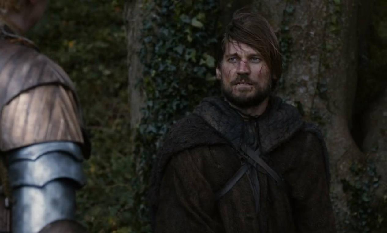 O poderoso e arrogante Jaime Lannister segue prisioneiro, escoltado por Brienne de Tarth, fiel escudeira de Catelyn Stark. Ao longo da estrada, em meio ao caos da guerra, os dois se veem obrigados a se aliar em vários momentos, construindo uma relação apesar de serem inimigos. Novamernte capturado, Jaime tem a mão decepada e volta a Porto Real numa condição muito mais frágil. Foto: Divulgação