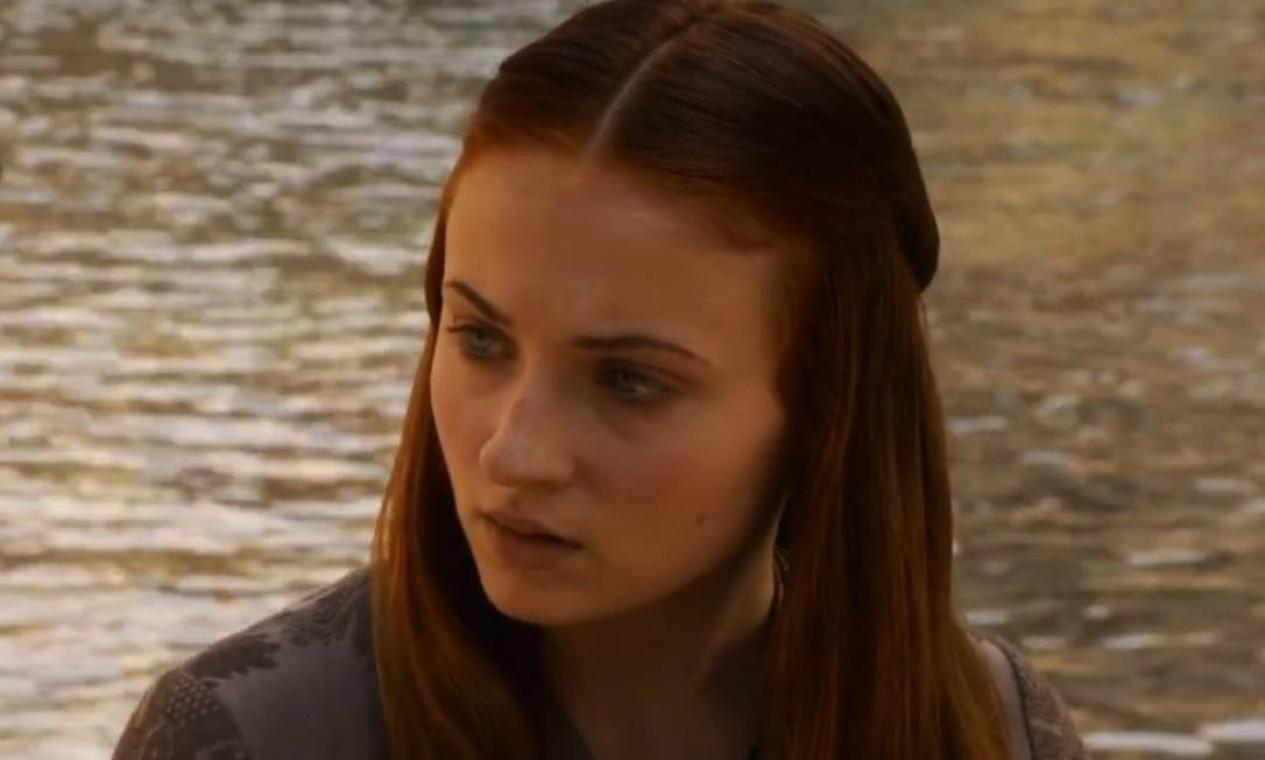 Ainda romântica e inocente, Sansa Stark se divide entre o já impossível sonho de casar com o príncipe Joffrey e uma recém descoberta paixão pelo belo guerreiro Loras Tyrell. O sonho acaba com o seu casamento forçado com Tyrion e, mais à frente, os terríveis acontecimentos do Casamento Vermelho. Foto: Divulgação