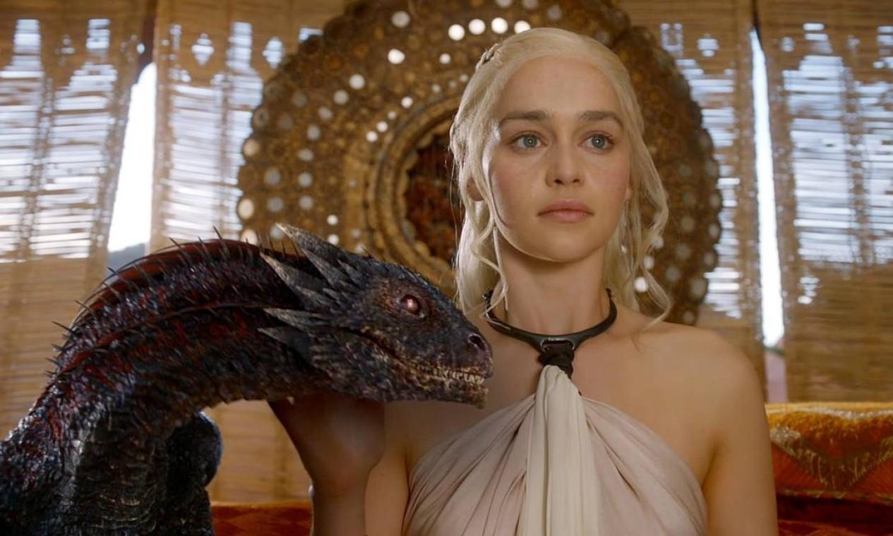 A khaleesi Daenerys Targaryen segue sua longa jornada em busca de aliados, chegando a Astapor, na Baía dos Escravos, onde busca os melhores soldados do mundo: os Imaculados. Treinados para a batalha desde os cinco anos de idade, os escravos eunucos não têm medo da dor e não demonstram fraqueza. Ali, inicia sua campanha de libertação de escravos, enganando o mestre de Astapor numa negociação que rende a ela mais que a posse, a fidelidade dos Imaculados. Foto: Divulgação