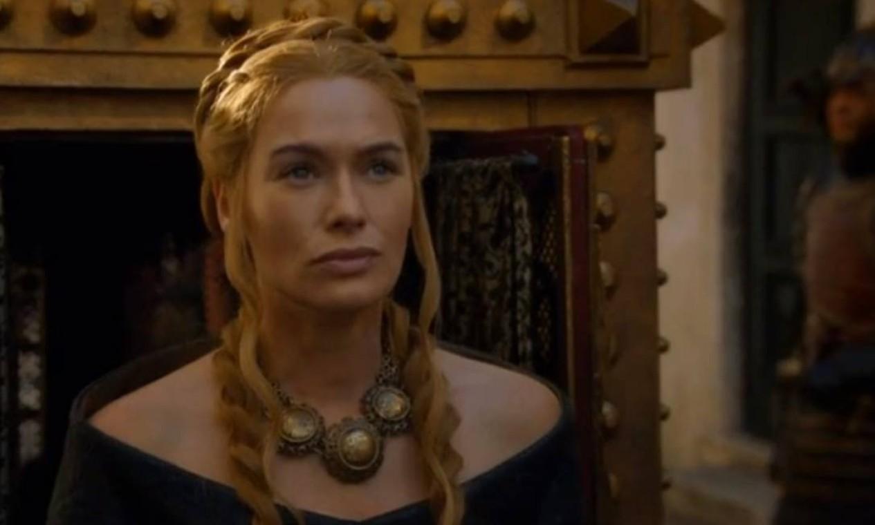 Governante de fato no lugar do filho Tommen, ainda muito jovem e de temperamento mais pacato, Cersei Lannister tenta centralizar o poder. Encontra num novo grupo de fanáticos religiosos, da chamada Fé Militante, os aliados que procurava para controlar os Tyrell. Consegue prender Loras e Margaery, agora noiva de Tommen, mas acaba ela mesma acusada pelos religiosos por seus 'delitos morais'. Após confessar seus 'crimes', é condenada à 'caminhada da vergonha' para expiar os pecados. Foto: Reprodução