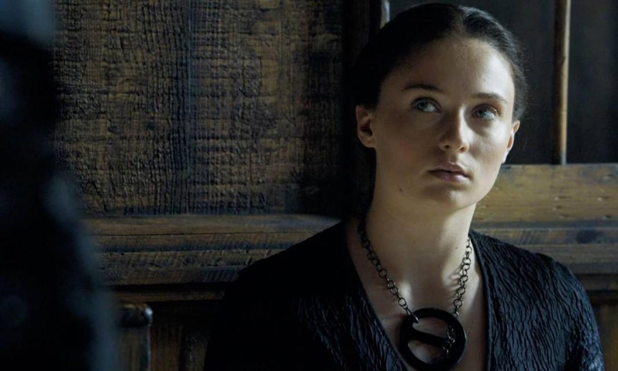 A trajetória de provações de Sansa Stark ganha mais um melancólico capítulo. É convencida por Petyr Baelish a se casar com Ramsay, agora oficiamente um Bolton. O novo marido não demora a se mostrar um sociopata e, entre outras coisas, a estupra na noite de núpcias na frente de Theon Greyjoy. A rotina de abusos se estende e ela se torna uma prisioneira de Ramsay. Quando descobre que o irmão agora é Lorde Comandante da Patrulha da Noite, envia um corvo pedindo ajuda. Quando Stannis ataca o castelo, consegue fugir com a ajuda de Theon. Foto: Divulgação