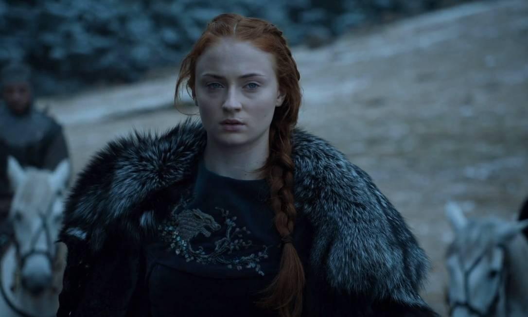 Protegida por Brienne de Tarth e Podrick, Sansa chega em segurança ao Castelo Negro, onde revê Jon e começa a assumir o protagonismo como descendente dos Stark. É crucial na retomada de Winterfell, ao arquitetar o apoio da Casa Arryn, e não consegue esconder uma leve decepção quando Jon, e não ela, é escolhido como Rei do Norte. Se vinga dos abusos de Ramsay, deixando o vilão para ser devorado pelos seus próprios cães. Foto: Reprodução