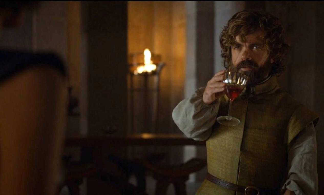 Durante a ausência de Daenerys, cabe a Tyrion administrar Meereen e lidar com os escravocratas de Yunkai, Astapor e Volantis, que tentam retomar a cidade. Ele tenta negociar termos para acabar com a guerra e pôr fim à escravidão, mas acaba cercado. É salvo por Daenerys, que retorna com seu dragão. Graças a seu espírito conciliador, Tyrion ganha o cargo de Mão da Rainha. Agora também com o apoio dos Greyjoy, eles têm os barcos para voltar a Westeros. Foto: Reprodução