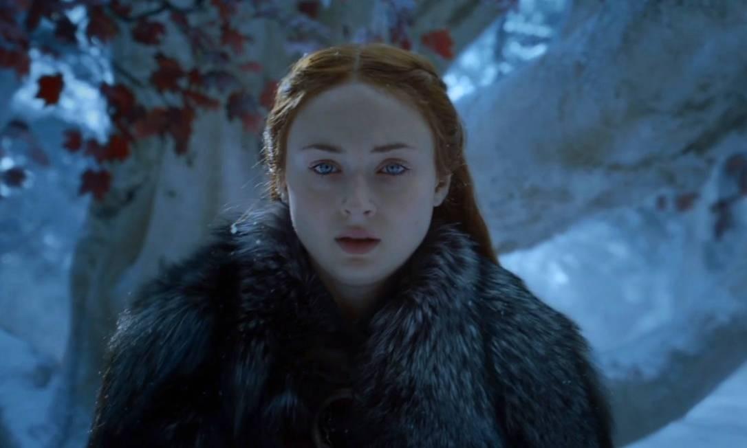 Sansa começa a enfrentar as negociações de poder com Jon Snow, ao participar da decisão da ida dele a Dragonstone. Reencontra Bran, de volta a Winterfell, agora como o Corvo de Três Olhos, e Arya. Reunidos, os irmãos descobrem as traições do Mindinho, graças às visões de Bran, e comandam o julgamento dele. Foto: Reprodução