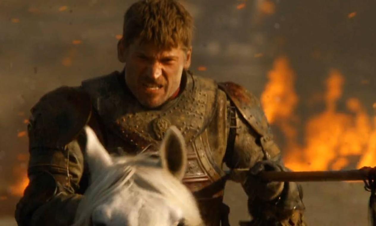 Questionando o isolamento e as opções de aliança de Cersei, Jaime Lannister é enviado para atacar Jardim de Cima. Após exterminar o exército dos Tyrell, encontra Olenna, que confessa ter sido a responsável pela morte de Joffrey. Na volta para casa, enfrenta Daenerys e seus dragões e é salvo por Bronn. Reencontra Tyrion em Porto Real e se desentende com Cersei quando percebe que ela não pretende ajudar na luta contra o Rei da Noite. Foto: Reprodução