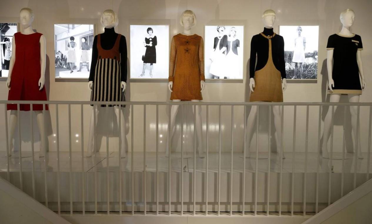 A exposição retrospectiva com peça de Mary Quant, no Albert Museum, em Londres Foto: Adrian Dennis / AFP