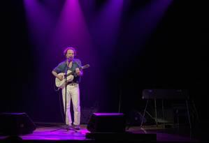 Rodrigo Amarante durante show solo no Teatro Net Rio Foto: Fernanda Marques