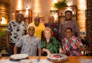 Beth Carvalho e o grupo Fundo de Quintal: Bira, Ubirany, Sereno, Ademir Batera, Junior Itaguaí e Márcio Alexandre, na comemoração dos 40 anos do disco