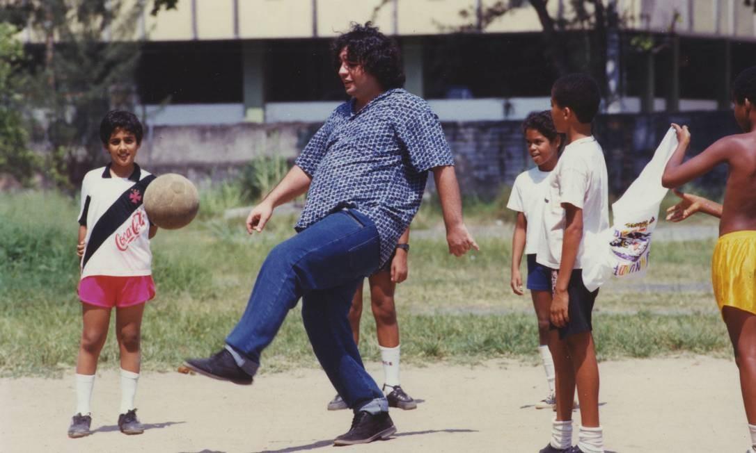 Bussunda joga futebol com crianças em bairro do Rio, em foto de 1993 Foto: Marcos André Pinto / Agência O Globo