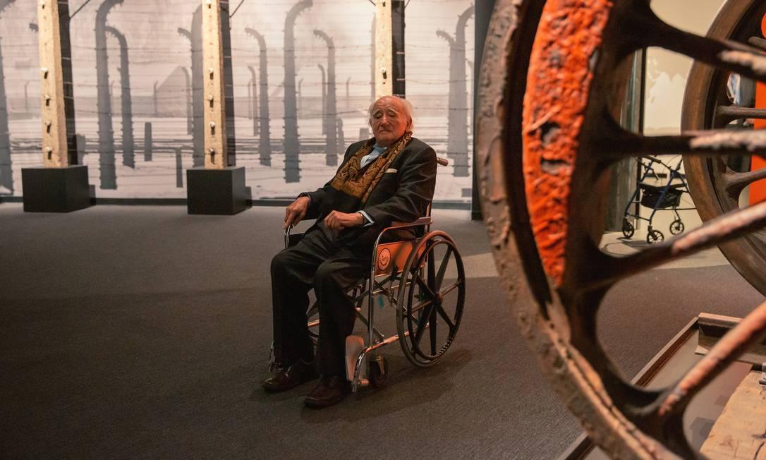 Roman Kent,sobrevivente de Auschwitz, visita a nova exposição do Museum of Jewish Heritage (Museu da Herança Judaica), em Nova York. Foto: MICHAEL GEORGE/The New York Times / NYT