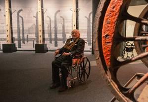 Roman Kent,sobrevivente de Auschwitz, visita a nova exposição do Museum of Jewish Heritage (Museu da Herança Judaica), em Nova York Foto: MICHAEL GEORGE/The New York Times / NYT