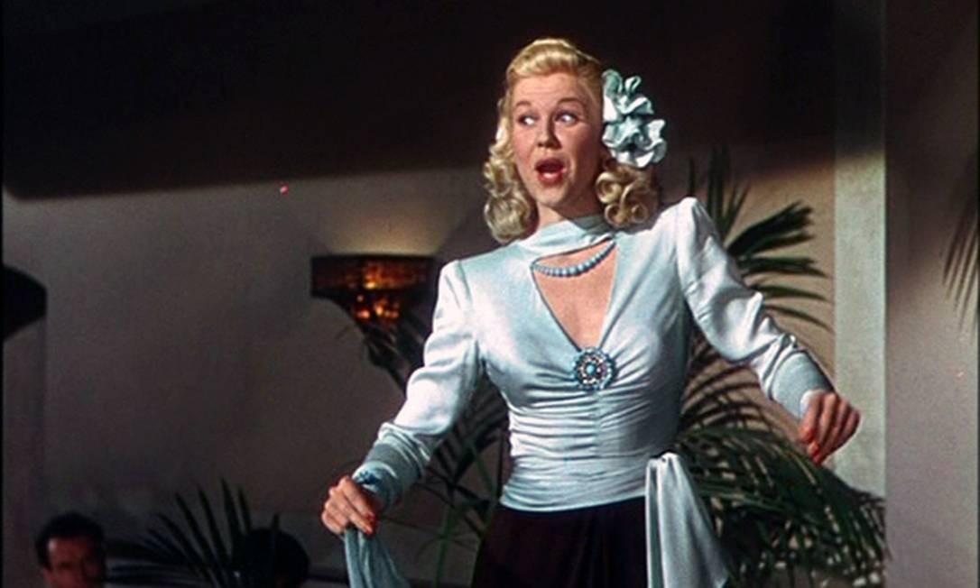 """Cantando """"It's magic"""", canção indicada ao Oscar, a estreia de Doris no cinema foi em """"Romance em alto mar"""", em 1948. Para a arista, cantar era apenas algo para fazer até que ela se casasse. Mas tudo mudou quando ela foi abordada pelos compositores Sammy Cahn e Jule Styne, que escreveram a partitura para o filme. """"Atuar no cinema veio a mim com maior facilidade e naturalidade do que qualquer outra coisa que eu já fiz"""", disse ela. Foto: Reprodução/Warner Bros"""