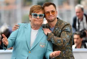 Elton John com o ator britânico Taron Egerton, que o interpreta no filme