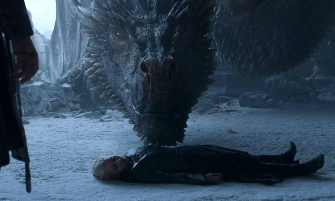 Drogon cutuca Daenerys, recém-esfaqueada por Jon Snow Foto: Reprodução