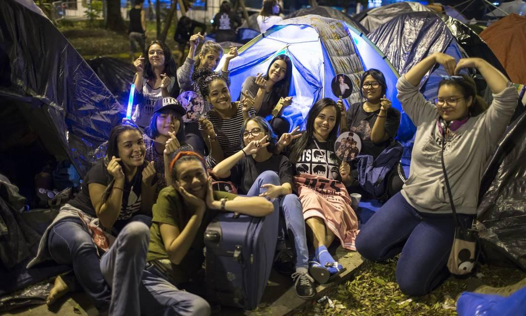 Fãs da banda sul-coreana BTS acampados na praça Conde Francisco Matarazzo Junior, ao lado da Arena Palmeiras. Foto: Edilson Dantas / O Globo
