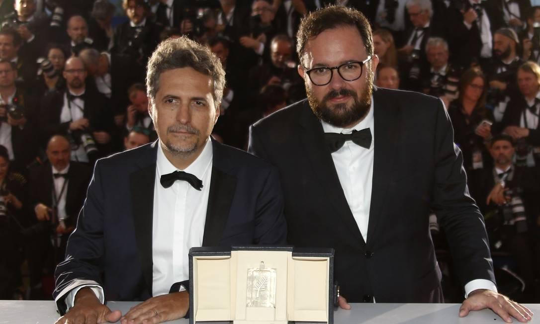Kleber Mendonça Filho e Juliano Dornelles posam após ganhar o Prêmio do Júri em Cannes com 'Bacurau' Foto: REGIS DUVIGNAU / REUTERS