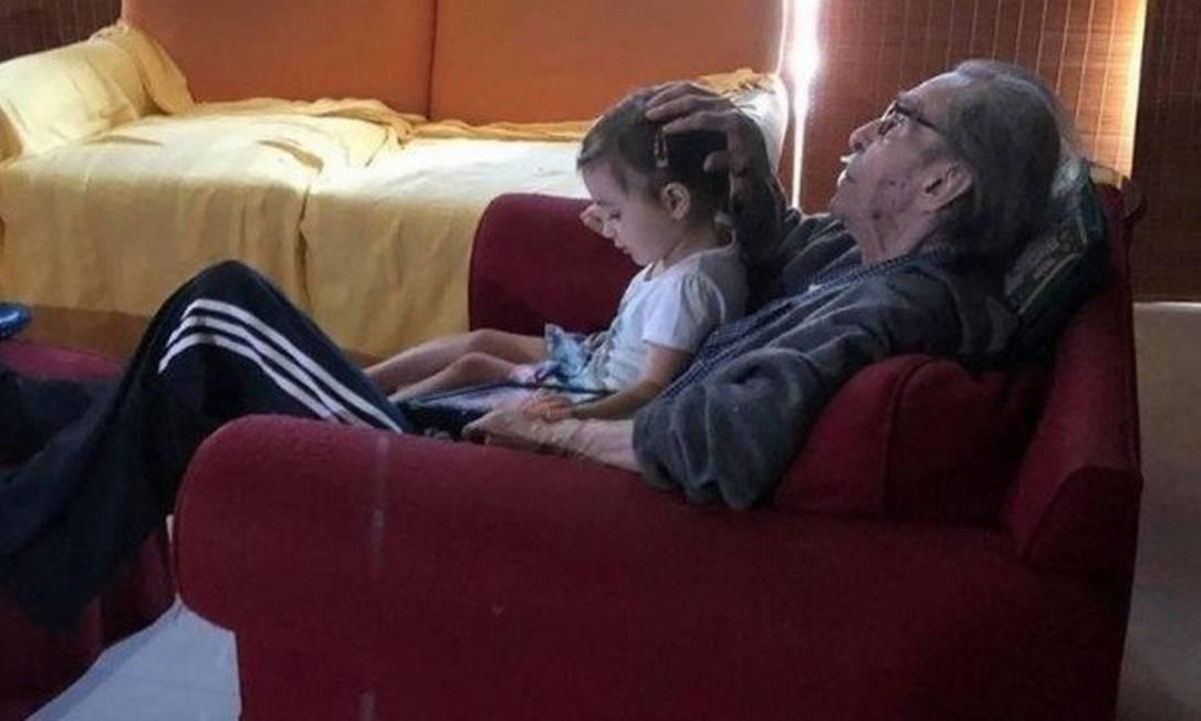 João Gilberto e a neta, Sofia Foto: Reprodução / Facebook