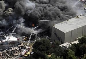 Imagem do incêndio que atingiu parte dos estúdios da Universal, em 2008 Foto: Kevork Djansezian / AP